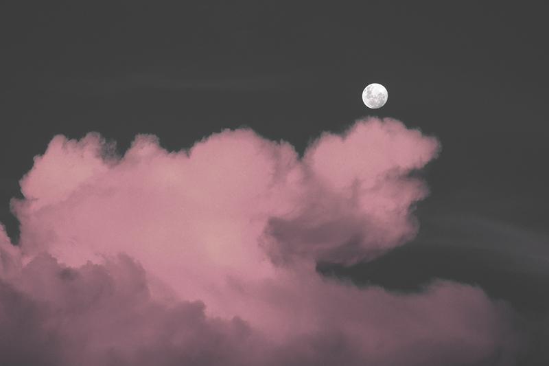 Kuu pilvisellä yötaivaalla