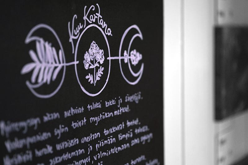 Kuva taulusta, jossa on Anne Siirilän KuuKartano -runo