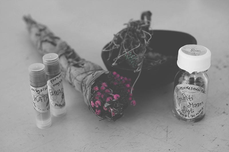 Suitsukkeita ja kasveja pöydällä