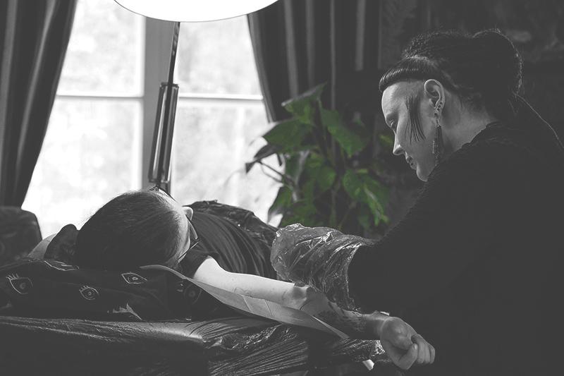 Sanna Keltaniemi tatuoimassa